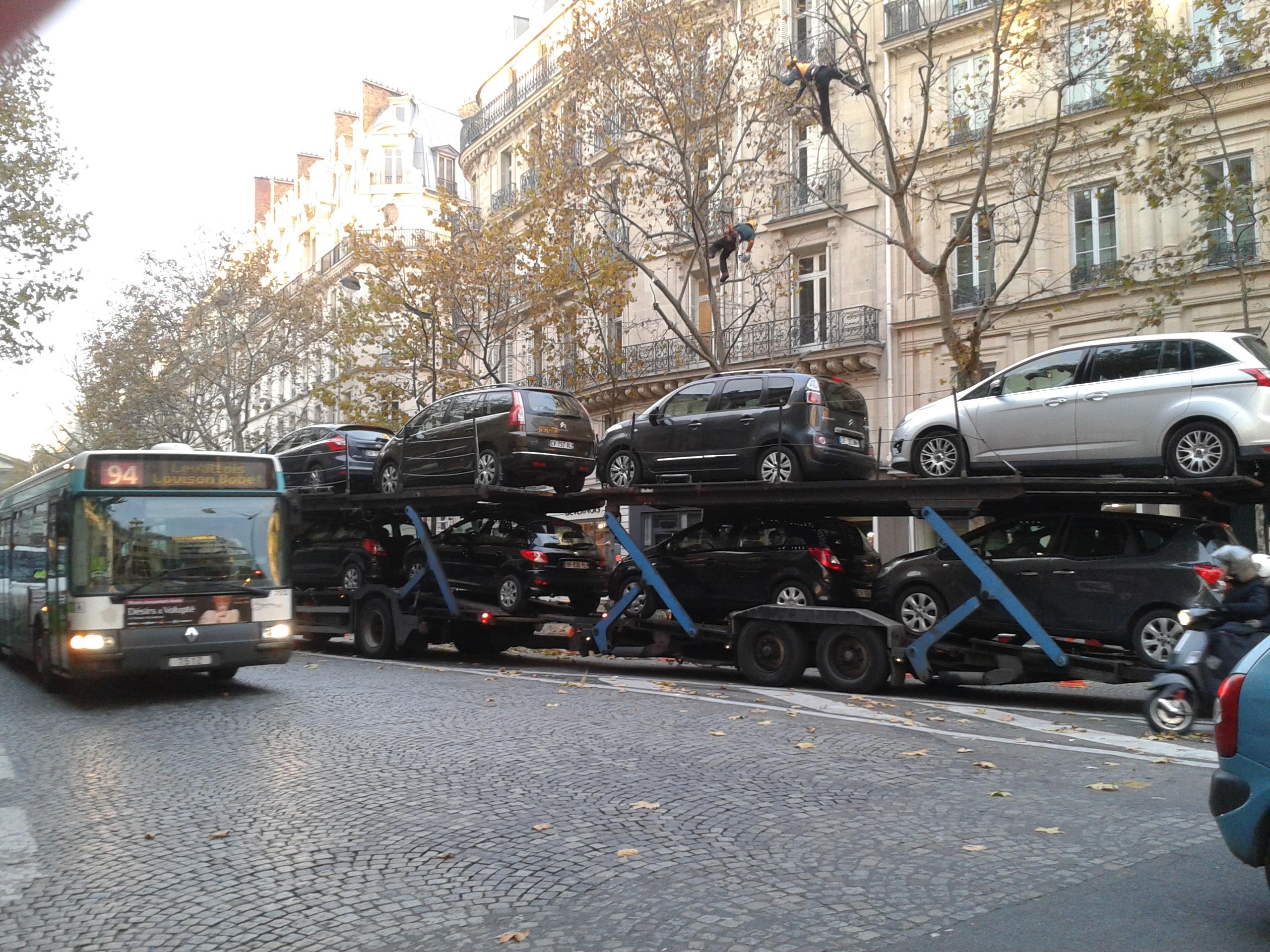 véhicule de transport de voitures au cœur de Paris
